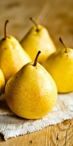 Yellow pears. www.apidaecandles.de