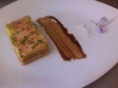 """Amuse bouche - Opera di foie gras - pan spezzato, (morbido) farcitura di marmellata di arance, ananas e mele. Coperto con foie gras """" mi cuit """" e granelli di pistacchio."""