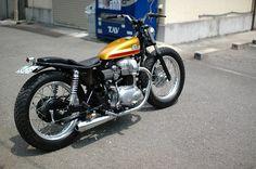Voici un très bel exemple de Kawasaki W650 customisée au Japon dans le style bobber.