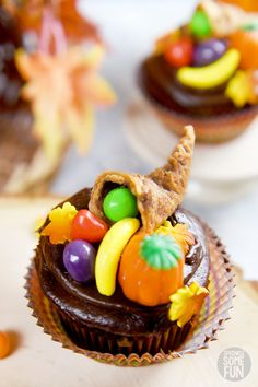 An adorable way to decorate cupcakes for Thanksgiving! These Thanksgiving cupcakes make the perfect centerpiece for a Thanksgiving dessert table. Also, they are easy enough that the kids can help make them too. #cupcakes #fall #toppers #Thanksgiving #Thanksgivingcupcakes #Cornucopia #Cornucopiacupcakes #cutecupcakes #fallcupcakes #thanksgivingdecorations #cakedecorating #thanksgivingcupcaketoppers Turkey Cupcakes, Thanksgiving Desserts Easy, Kid Cupcakes, Thanksgiving Cookies, Holiday Desserts, Cupcakes Fall, Decorate Cupcakes, Thanksgiving Cornucopia, Kids Thanksgiving