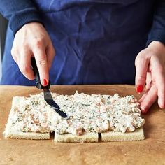 Göra smörgåstårta, steg för steg! | ICA Buffé Sandwhich Cake, Feta, Sandwiches, Clean Eating, Food And Drink, Tasty, Bread, Cheese, Food Ideas