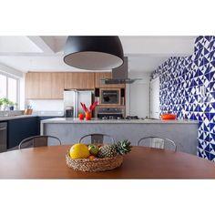 Laje Lurca Azulejos | Azulejos - Laje Azul Royal no projeto @t.3estudio fotografado pelo @flavioteperman| Laje Royal Blue - Ceramic Tiles // Shop Online www.lurca.com.br / #azulejos #azulejosdecorados #revestimento #arquitetura #reforma #decoração #interiores #decor #casa #sala #design #cerâmica #tiles #ceramictiles #architecture #interiors #homestyle #livingroom #wall #homedecor