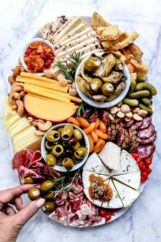 What is a charcuterie board? Charcuterie boards are not only a Christmas party favorite, they contain a combination of cheeses, meats and ni. Charcuterie And Cheese Board, Charcuterie Platter, Antipasto Platter, Cheese Boards, Meat Platter, Charcuterie Recipes, Platter Board, Cheese Board Display, Meat Trays