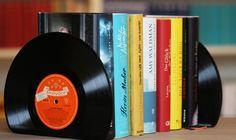 Bookish DIY: Buchstützen aus alten Schallplatten