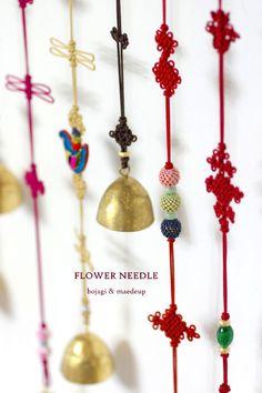 며칠동안 집중적으로 만든 매듭 풍경들입니다.실크끈목과 그 동안 모아두었던 원석들로 꾸며본.. 하나하나 ... Paracord Knots, Diy Jewelry, Belly Button Rings, Drop Earrings, Blog, Korea, Decorative Knots, Drop Earring, Blogging