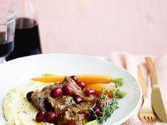 Lamsstoofvlees met veenbessen en knoflookpuree - Libelle Lekker