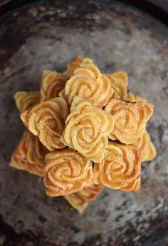 Flower cookies from Orient Arabic Dessert, Arabic Sweets, Arabic Food, Cookie Recipes, Snack Recipes, Dessert Recipes, Maamoul Recipe, Middle Eastern Desserts, Gastronomia