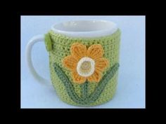 Crochet Mug cozy with applique daffodil. by MyfanwysMakes on Etsy - Herzlich willkommen Crochet Coffee Cozy, Crochet Cozy, Quick Crochet, Crochet Gifts, Mug Rug Patterns, Crochet Patterns, Mug Cozy Pattern, Confection Au Crochet, Crochet Christmas Ornaments