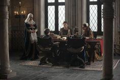 Isabel supervisa la educación de sus hijos.