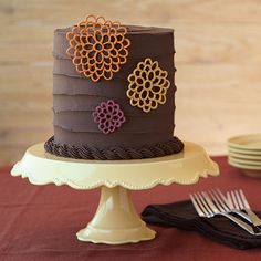 Learn how to pipe royal icing appliques in Wilton Method Course 2: Flowers and Cake Design!
