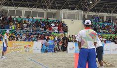 Empat tim masing-masing kategori akan bertarung di partai semifinal bola voli pantai pada #PON2016 hari ini. - Di sektor putra pasangan DI Yogyakarta akan melawan pasangan NTB 1. Pemenang pertarungan itu akan bertemu pemenang pertandingan Jatim 1 melawan pasangan Jatim 2 untuk mendapatkan keping emas.  - Di putri, pasangan Jatim 1 versus pasangan NTB 2 untuk mencari tiket final. Pertandingan lainnya mempertemukan pasangan Papua 1 dengan pasangan NTB 1.