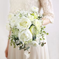ガーデンパーティに似合うリラックス感。バラと芍薬のブーケ。ユーカリやかすみ草をそえ、正統派の気品を残しながら、ロマンティックで開放感のある雰囲気たっぷりのブーケです。白 バラ  芍薬 クラッチブーケ ブートニアセット/シルクフラワー(造花)