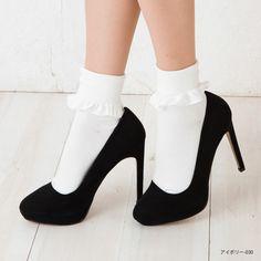 【楽天市場】折返しフリル クルーソックス (23-25cm)(ブラック 黒・アイボリー)(日本製) 靴下 レディース ladies ショートソックス:レッグウェア専門店 美足花舞 80s Fashion, Fashion Shoes, Fashion Outfits, Socks And Sandals, Mein Style, Anime Dress, Cute Socks, Ankle Socks, Sock Shoes