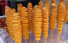Fried Twisted Potatoes On A Stick Potato Recipes, My Recipes, Cooking Recipes, Twist Potato, Cute Food, Good Food, Concession Stand Food, Fried Chips, Potato Sticks