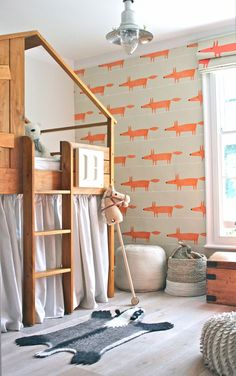 Oranje vosjes sieren inmiddels in heel wat kinderkamers de wanden, kleur en pret brengend via dit ultieme, sfeermakende Mr Fox behang van Scion. ● Fun orange fox wallpaper – an ultimate atmosphere maker in children's rooms.