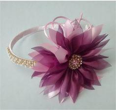 tiara com flor em cetim rosa e organza vinho, detalhes em strass dourado, (arco flexível)um luxo.  flor aproximadamente 10,5cm