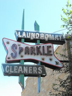 Sparkle Laundromat Cleaners, Ogelsby, Illinois via darius norvilas (istorija)… Cool Neon Signs, Vintage Neon Signs, Vintage Ads, Roadside Signs, Roadside Attractions, Retro Signage, Apocalypse, Old Signs, Business Signs