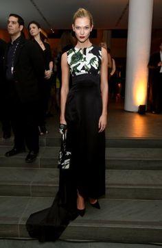 Karlie Kloss - Da passt die Tasche zum Kleid! Printgenau. Das Model hüllt den Traumbody in ein langes Seidenkleid von Christian Dior.
