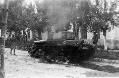 16 июля 1941 года.  Подбитый румынский танк в центре Кишинёва.