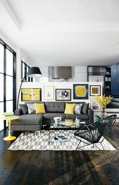 salon jaune et gris, chaise ronde, lampe de sol noire, sofa d'angle gris