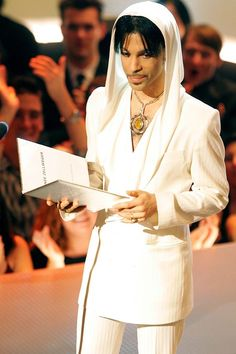 "17 Times Prince ""Got The Look"" #refinery29 http://www.refinery29.com/2016/04/108919/prince-fashion-outfits-style#slide-13 Because only Prince can make a hoodie feel formal (and luxe), as showcased in this number, which he wore to the 31st Annual People's Choice Awards in 2005. ..."