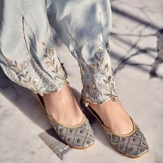 Dress Shoes Bride Shoes Beautiful Heera Payal Singhal X Indian Outfits Modern, Indian Designer Outfits, Indian Shoes, Pink Wedding Shoes, Espadrilles, Embroidery Suits Design, Embroidery Fashion, Bride Shoes, Pakistani Outfits