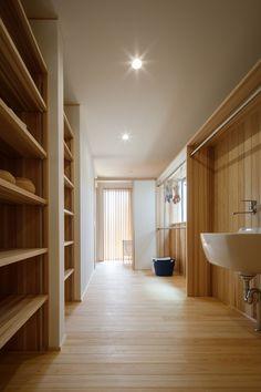 【大きな開口から自然をとり込む おおらかな暮らし】脱衣室や洗濯室、収納をひとまとめにした水廻り。家事がしやすい動線をお客様に合わせてご提案いたします。/新潟で建てる木の家専門の注文住宅 ナレッジライフ/#木の家 #木の家専門店 #自然素材 #自然素材の家 #注文住宅 #新築 #新潟 #脱衣室 #洗濯室 #家事動線 #家事ラク #収納 #物干室 #明るい家 #シンプル #closet #life #simple #myhome #niigata Divider, Bedroom Decor, Stairs, Pure Products, Architecture, House, Furniture, Home Decor, Interior