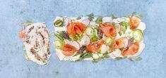 Voileipäkakku lohesta resepti rullan muotoon Fresh Rolls, Sushi, Ethnic Recipes, Food, Essen, Meals, Yemek, Eten, Sushi Rolls