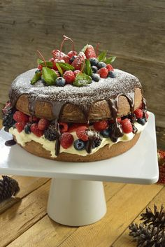 Este pastel es un rico postre. Es un pastel de vainilla con un ganache de…