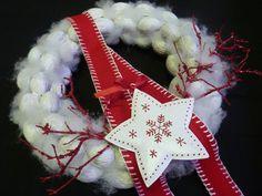 Vánoční+věnec+-+zasněžené+ořechy+s+hvězdou+Vánočně+-+zimní+věneček.+věnec+je+trvalá+dekorace!+Krásný+ořechový+věnec+je+opatřen+bílou+patinou,+doplněno+hebkým+sněhem+,+dozdobeno+smaltovanou+hvězdou+a+dozdobeno+třpytivými+větvičkami+v+červené+Průměr+věnce+cca+30+cm+Poutko+na+zavěšení+(+kovové+očko)je+součástí+věnce.+V+nabídce+je+také+věneček+se...