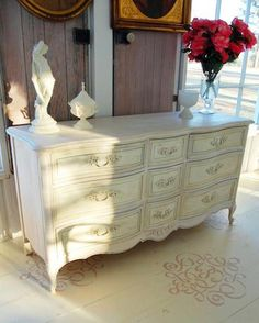 This beautiful dresser was finished by Lisa of Chalk Paint® stockist Sweet South Cottage in Tallahassee, Florida! She used Old White, Coco and Antoinette Chalk Paint® decorative paint for this transformation!