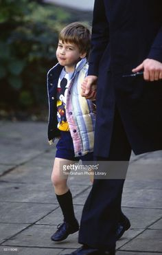 Prince William going to Nursery School Holding The Hand Of His Bodyguard. Princess Diana Family, Prince And Princess, Princess Kate, Prince William And Harry, William Kate, Prince Harry, Diana Son, Royal Throne, Prinz William