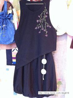 누비천에 수를 놓아 만든 손지갑(골무로 장식을 달았다.) 서해의 어느 길목, 가로수에 즐비해 있던 배롱나... Hijab Fashion, Fashion Dresses, Western Tops, Embroidered Clothes, Embroidery Fashion, Clothing Patterns, Cotton Linen, Clothes For Women, My Style