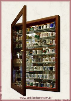 Vitrinas para Dedales - Dedales de colección. Un sitio de Gritos de Madrid. Souvenir Display, Bear Decor, Button Art, Displaying Collections, Sewing Tools, Pin Cushions, Shadow Box, Antique Furniture, Layout Design