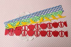 Quer deixar o seu projeto de scrap ainda mais bonito? Use as bordinhas ou borders da Scraptiami para adicionar mais charme as suas páginas e cartões.  -------   * Material: Papel para scrapbook livre de ácido;  * Quantidade por pacote: 05 (cinco) recortes; * Tamanho: azul 3,0 x 21,0cm; maçãs 2,5 x 20,5cm; folha 1,6 x 20,5cm e passarinho 2,7 x 20,5cm  * Recomendações de aplicação: Use cola especial para scrapbook e, de preferência, que seja livre de ácido.  * Este produto está disponível para…