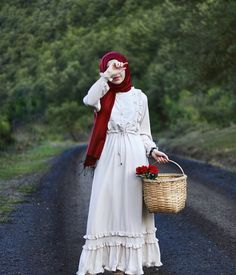 Ilan It is not a moment of happiness that makes life so beautiful, so livable. For the dress: @ eminos.butik d - Hijab Clothing Abaya Fashion, Modest Fashion, Fashion Dresses, Hijab Style, Hijab Chic, Casual Hijab Outfit, Hijab Dress, Vintage Dresses, Vintage Outfits