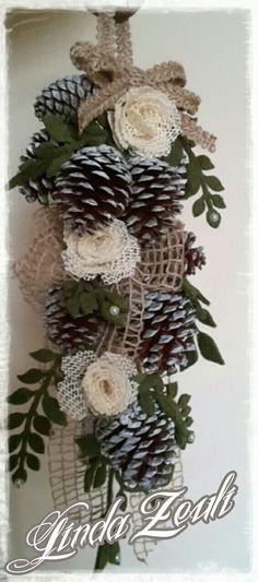 Fuoriporta con rametto di pigne nastri e decorazioni di foglie tagliate con la Big shot. Per un Natale in stile shabby .