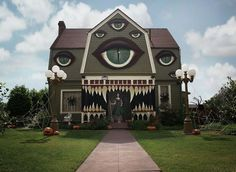 """👀 regram Halloween Street Installation by Christine McConnell - USA"""" Unusual Buildings, Interesting Buildings, Amazing Buildings, Crazy Houses, Weird Houses, Street Installation, Monster House, Halloween Haunted Houses, Creepy Halloween"""
