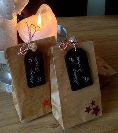 Variant op de kerstkaart: broodzakje van kaftpapier gevuld met koekjes en een krijtbordlabel met kerstwens.