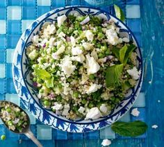 Dit heb je nodig  150 g quinoa 100 g doperwten 0.5 komkommer in kleine blokjes gesneden 1 rode ui fijngesnipperd 75 g feta verbrokkeld 2 el verse munt fijngehakt 4 el olijfolie extra vierge