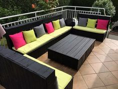 This is much a simple and easy crafted wood pallet patio table and couch furniture design. The whole concept has been adjusted with the plain design of table with the black shading impact use all around it. This has simply turn out to give away the magnificent effect to the whole house outdoor area.