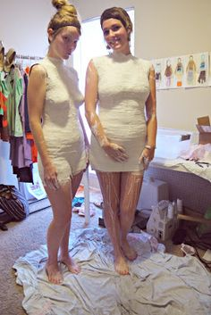 katastrophic: DIY Dress Form Step Building the Mold May improvise and use parts of this. rather fiddly. But an amazing end result. Diy Clothing, Sewing Clothes, Clothing Patterns, Sewing Patterns, Sewing Hacks, Sewing Tutorials, Sewing Crafts, Sewing Tips, Techniques Couture
