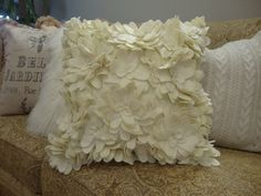 on this site, diy tutorial to make these fabric flowers for pillows or clothing
