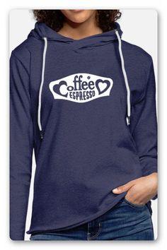 T-SHIRT MIT DEM TEXT KAFFEE ESPRESSO ZWISCHEN ZWEI HERZEN IN EINEM RAHMEN.  TRAGE DAS T-SHIRT MIT STOLZ, EGAL OB DEIN LIEBLINGS KAFFEE CAPPUCCINO,  MILCHKAFFEE, KAFFEE LATTE ODER ESPRESSO. GESCHENK Trends, Pullover, Hoodies, Sweatshirts, Espresso, Sweaters, Fashion, Coffee Latte, Two Hearts