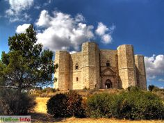 Castel del Monte (BT) - Apulia, Apulien - Italy, Italien - The most impressive castel of the Hohenstaufen Emperor Frederick II built in the 13th century  - Das überaus beeindruckende Jagdschloss des Hohenstaufer-Kaisers Friedrich II. aus dem 13. Jh. - More at: http://www.italien.info/impressionen