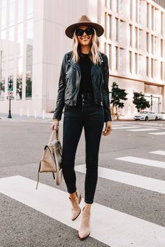 I always feel confident and happy when I'm wearing my black leather jacket. When I can't figure out what to wear, I recreate this easy all-black outfit. Black Fedora Outfit, Wool Hat Outfit, Black Leather Jacket Outfit, Booties Outfit, All Black Outfit, Tan Hat, Chicago Outfit, Saturday Outfit, Outfits