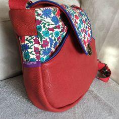 besace pour ma maman inspirée d'un modèle du livre les sacs et pochettes à coudre de la petite cabane de Mavada. Cuir rouge, passepoil bleu roi et liberty. plus de photos sur melifabulette.canalblog.com