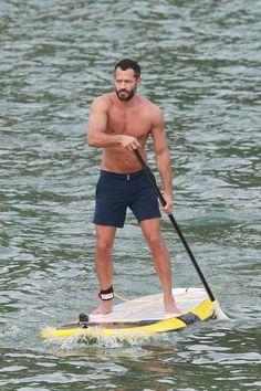 Malvino Salvador pratica stand up paddle na praia e exibe boa forma