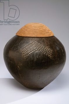 Beer pot and cover (Imbenge), Zulu people (South Africa) (pottery & plant fiber) Polir la terre Motif Bol contenant Ceramic Pottery, African, Ancient, Cultural Artifact, Ceramics, Artifacts, Art, African Art, Color Shapes