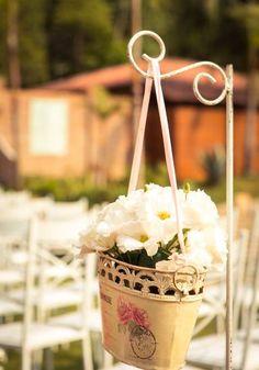 Os arranjos com flores que remetem à vida no campo, sempre misturando azul, amarelo, verde e branco.